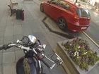 Motosikletçi qız küçəni zibilləyənlərin kabusuna çevrilib - VİDEO: Dünyada