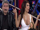 Türk müğənninin canlı yayımda sinəsi açıldı - VİDEO: VİDEO