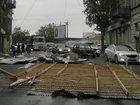 Bakıda güclü külək binanın damını uçurdu - FOTO: CƏMİYYƏT