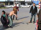 Qadın soyunub yol polisinə etiraz etdi - FOTO: Maraqlı