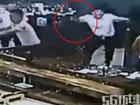"""Ofisiantlar müştərini """"doğradı"""" - VİDEO: Dünyada"""