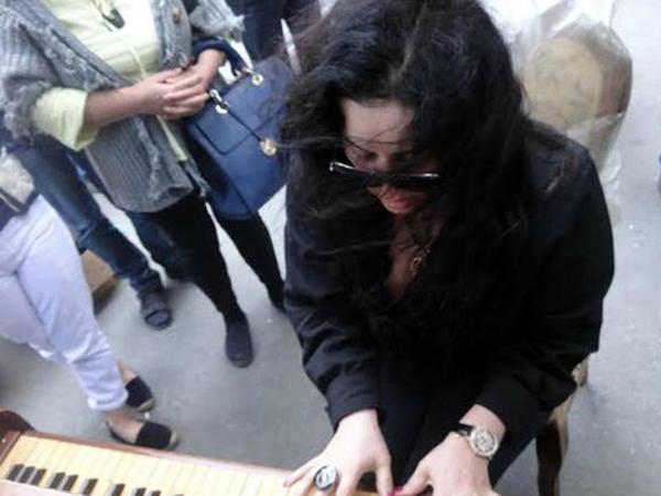 Yanan binadan çıxarılan piano və Elza Seyidcahan