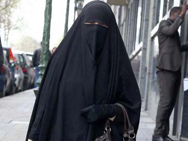 Niqab istifadə edən xanımlara cərimə - 450 avro