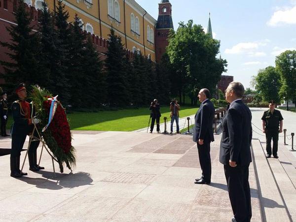 Elmar Məmmədyarov Moskvada naməlum əsgər abidəsini ziyarət edib - FOTO