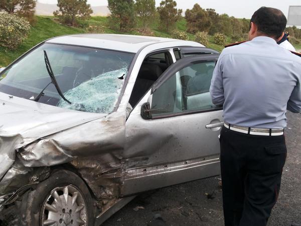"""Bakıda Mercedes """"cip"""" polis maşınının üstündən keçdi - FOTO"""