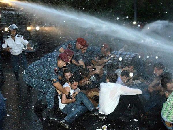 Ermənistan ombudsmanı polisi qəddarlıqda ittiham edib