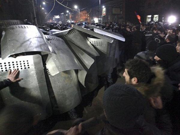 Ermənistan polisi zibil qablarına əl atır