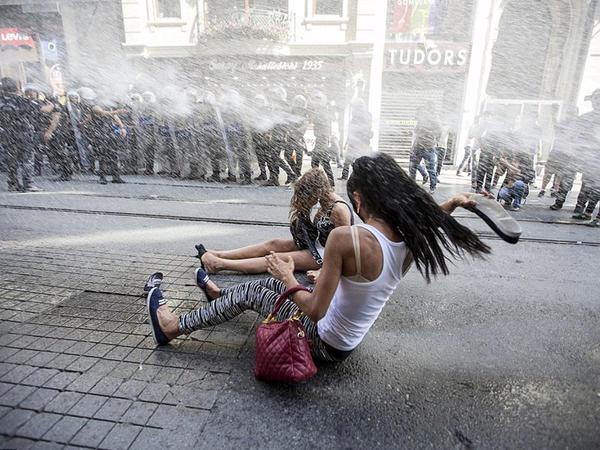 Homoseksuallar İstanbulda yürüşə çıxdılar - FOTO