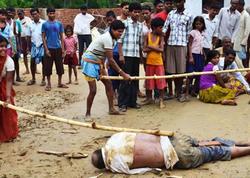 Hind dəhşəti: 2 qız boğuldu, məktəb direktoru döyülüb öldürüldü - FOTO