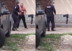 Çılpaq kişi sərxoş polislə yumruqlaşdı - VİDEO