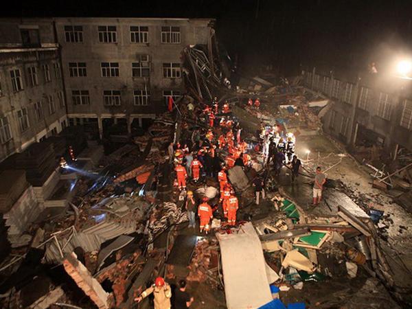 İş yerləri başlarına uçdu, 9 adam öldü - FOTO