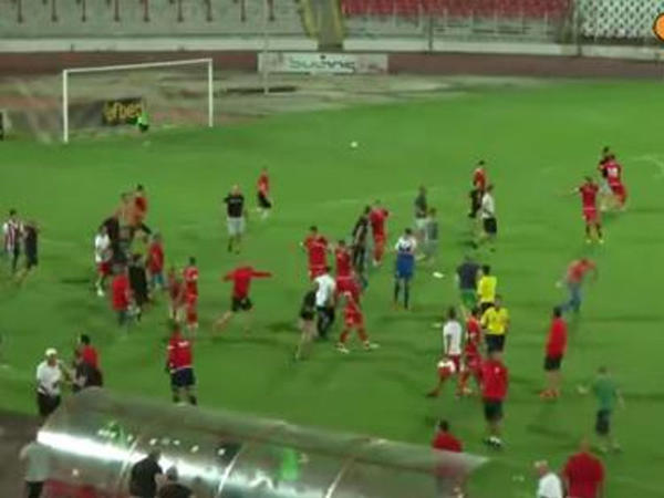 Azarkeşlər futbolçuları qovdular - VİDEO