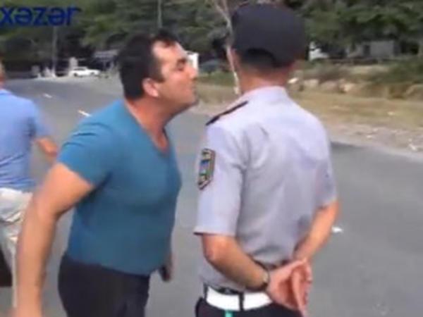 Polisin üzünə üfürüb söyüşə keçdilər - VİDEO