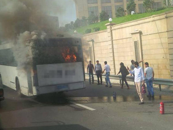 Avtobusun yolun ortasında kül olmasının səbəbkarı bilindi