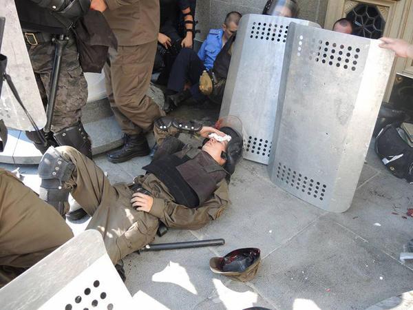 Parlamentin binası qarşısında qanlı toqquşma: 122 nəfər yaralandı - YENİLƏNİB - FOTO