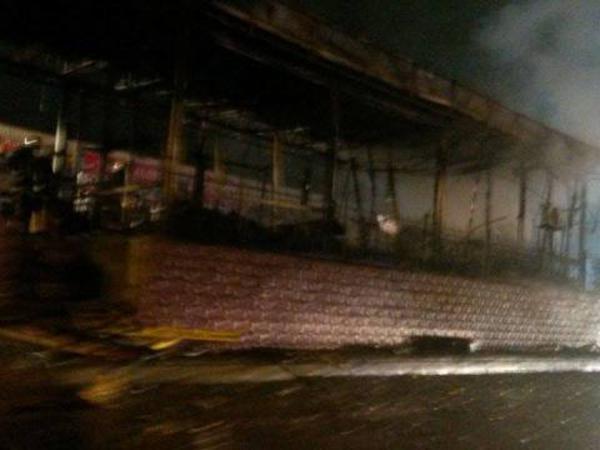 Bakıda maşın bazarı yandı - FOTO