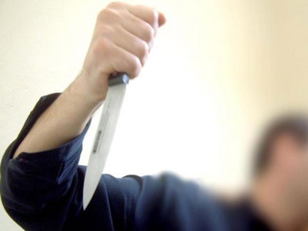 Bakıda sərxoş kişi özünü bıçaqladı