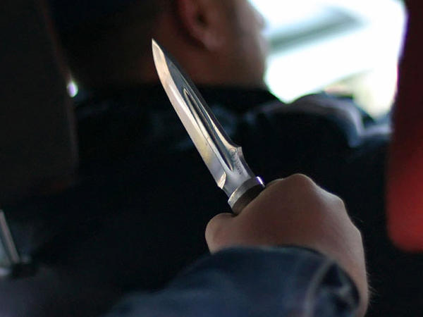 Taksi sürücüsünü bıçaqladı, 2 manatı götürüb getdi