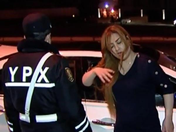 Bakıda iki sərxoş qadın polis əməkdaşlarına çətin anlar yaşatdı - VİDEO