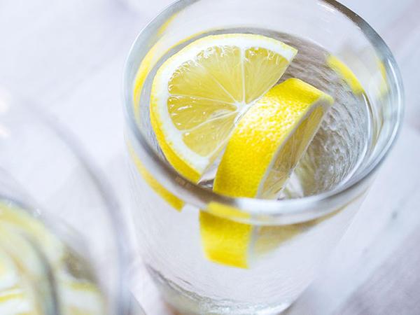 """İlıq su limonla... <span class=""""color_red"""">MÜALİCƏVİ VASİTƏ</span>"""