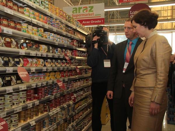 Latviyalı nazir Bakıda supermarketdə - FOTO