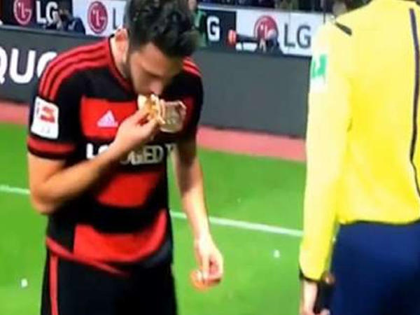 Türk futbolçuya çörək atdılar, öpdü gözü üstünə qoydu VİDEO