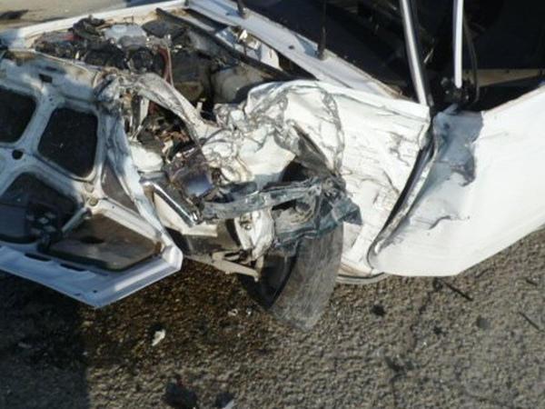 Bakıda avtomobil metal çəpərə çırpıldı: yaralı var