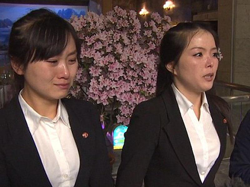 12 ofisiant qız restorandan qaçdı - FOTO