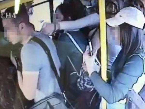 Avtobusda təcavüz etmək istəyən türk döyüldü - VİDEO - FOTO