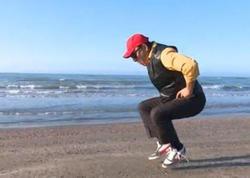 60 yaşlı əməkdar artist dəniz kənarında idman edərkən - VİDEO