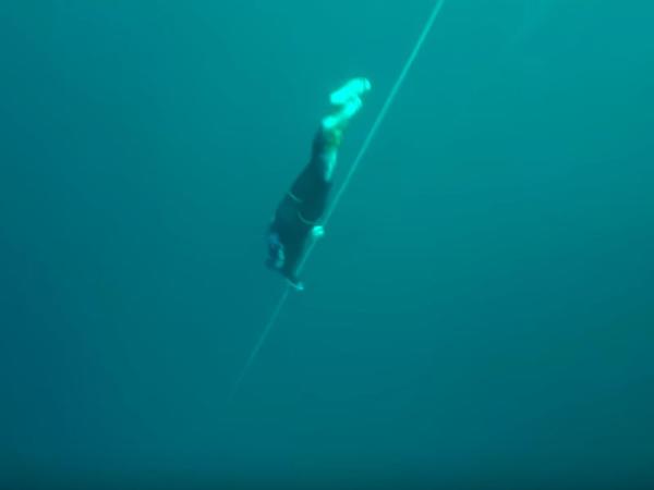 Yeni dünya rekordu: Bir nəfəsə 122 metr dərinliyə getdi - VİDEO