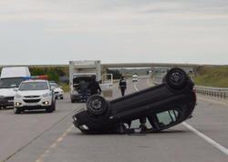 Qadın sürücü avtomobili aşırdı: yaralılar var - FOTO