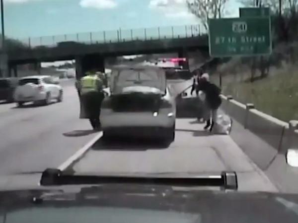 Qadın avtomobili polisin üstünə sürdü - VİDEO
