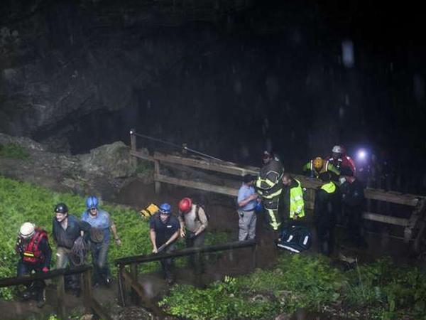 19 nəfər mağarada tələyə düşdü