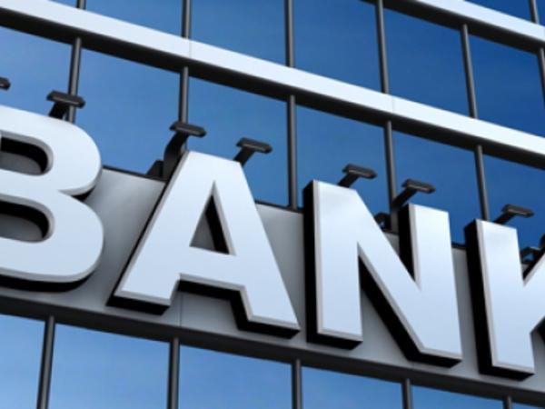 Azərbaycanda bank müştərinin pensiya kartından pul çəkib - VİDEO