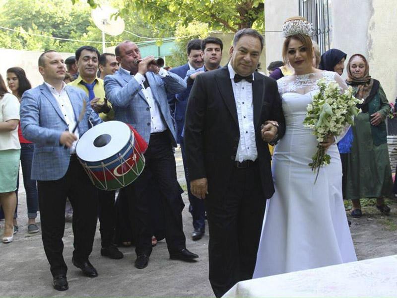 Əlikram Bayramov müğənni ilə evləndi?