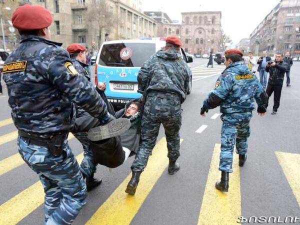 Ermənistanda Roma Papasına sual vermək istəyəni polis oğurladı