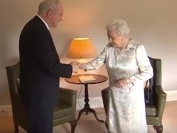 Kraliça baş nazirin müavini ilə elə zarafat etdi ki... - VİDEO
