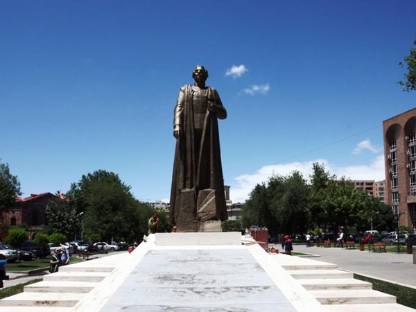 Azərbaycanlılar Ermənistanda faşist generalına heykəl qoyulmasına etiraz etdilər