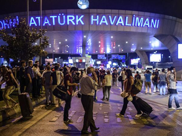 İstanbulun Atatürk aeroportu terrorçuların hücumundan sonra fəaliyyətini bərpa edib