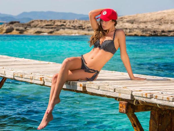 Məşhur futbolçunun sevgilisi bikinili şəkilləri ilə gündəmdə - FOTO