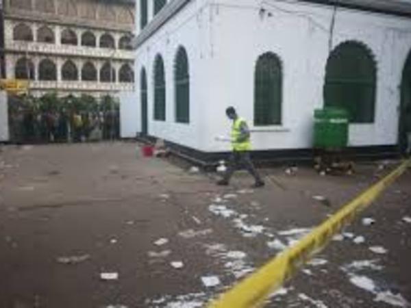 Silahlılar restoranda 20 nəfəri girov götürüb