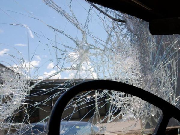 """Yük maşını ilə minik avtomobili toqquşdu: <span class=""""color_red"""">yaralı var</span>"""