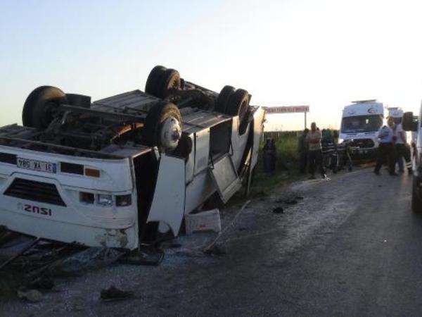 Mikroavtobus aşdı: 12 yaralı