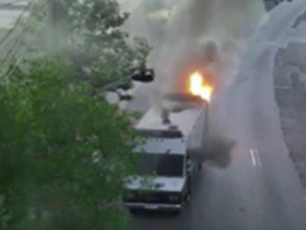 İrəvanda qiyamçılar daha bir polis maşınını yandırdı - VİDEO