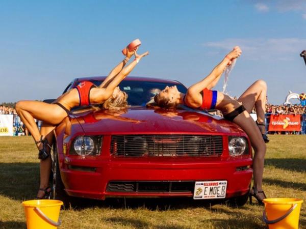Modellərin erotik maşınyuma şousu - VİDEO - FOTO