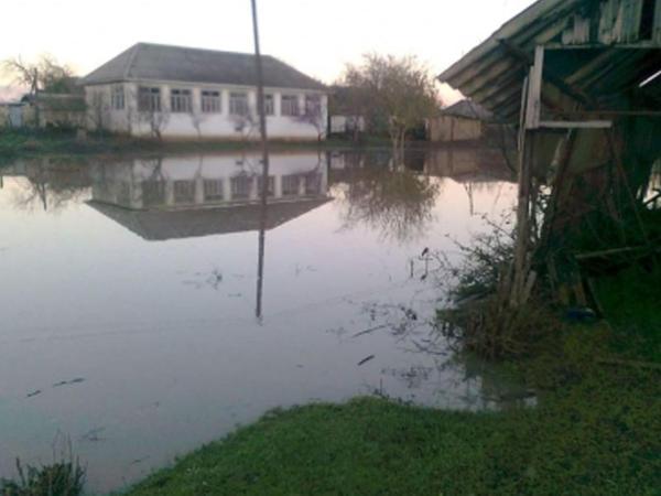 Bakıda evləri su basdı