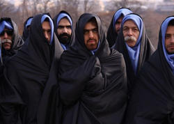 İranda bığlı-saqqallı kişilər hicab bağlayır - FOTO