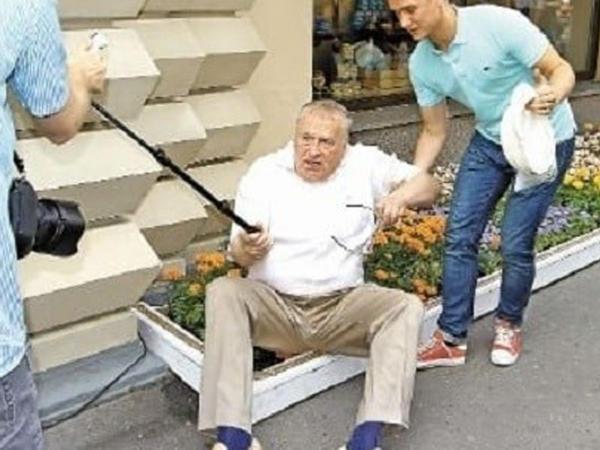 Jirinovski gülünc duruma düşdü – FOTO