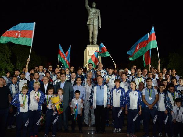 Azərbaycan olimpiyaçıları ulu öndər Heydər Əliyevin abidəsini ziyarət ediblər - FOTO